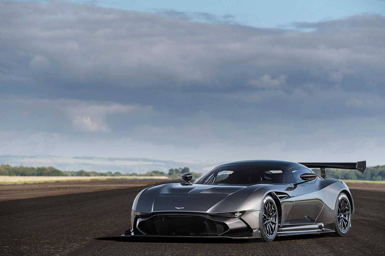 Aston Martin Vulcan суперкар без смс