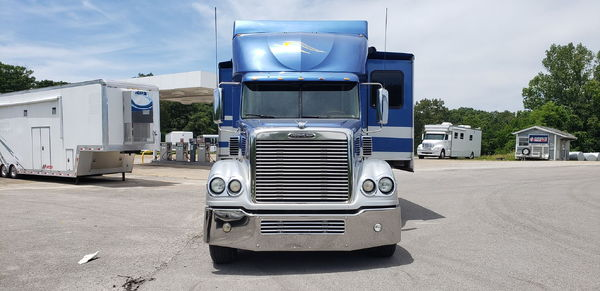 2009 45' Silver Crown 3 Slides Full Body Paint. Freightliner
