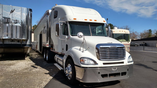 2010 Freightliner and 2001 Ultra Comp 53' Liftgate transport
